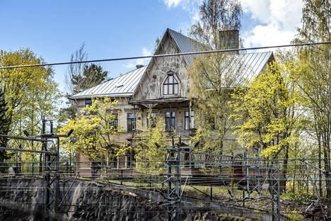 Huvila sijaitsee Töölönlahdella Linnunlaulun alueella.