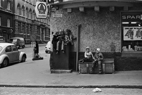 Lapsia Meritullinkadulla Liisankadun kulmassa 1970.