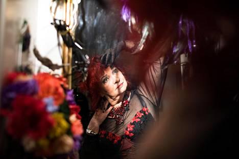 Maricca Kero viimeistelee asukokonaisuudet makuuhuoneen peilin edessä. Peiliä Kero kutsuu burleskipeiliksi, sillä se on koristeltu näyttävillä asusteilla.