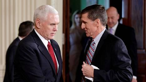 Varapresidentti Mike Pence (vas.) puhui turvallisuusneuvonantaja Michael Flynnin kanssa helmikuussa 2017.
