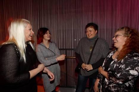 """Johanna Jokinen (vas.), Jenna Peltonen, Minna Grön ja Miia Reijonen tulivat viettämään tämän kauden ensimmäisiä pikkujoulujaan. """"Tästä se pikkujoulukausi alkaa"""", nauroi jyväskyläläinen Johanna Jokinen."""
