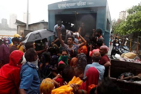Ihmisiä evakuoitiin Mumbaissa keskiviikkona.