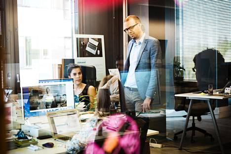 Zervantin Jennifer Sandström ja Matias Vahtola yrityksen toimistossa Espoossa kesäkuussa.