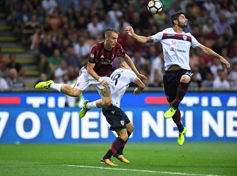 Milanin Andrea Conti kamppaili viime vuoden elokuussa pelatussa Serie A:n ottelussa Cagliarin Nicolo Barellan ja Marco Capuanon kanssa.