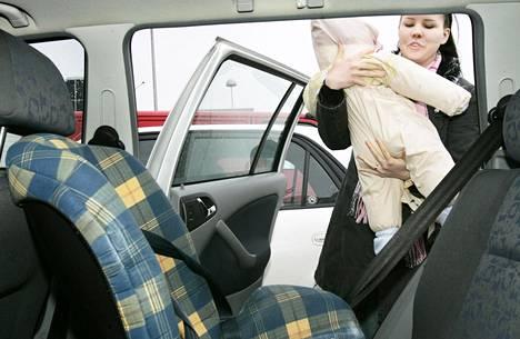 Liikenneturva suosittelee, että pienet lapset matkustaisivat turvaistuimessa selkä menosuuntaan auton takapenkillä ainakin 3-vuotiaaksi asti.