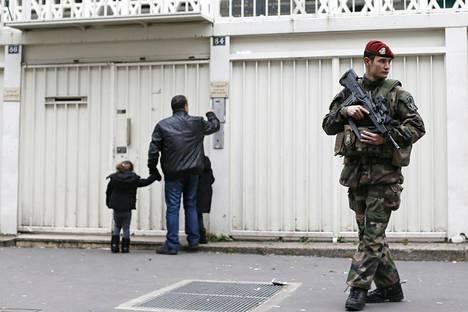 Sotilas turvasi juutalaisen koulun oppilaita ja henkilökuntaa Pariisissa tammikuussa 2015.