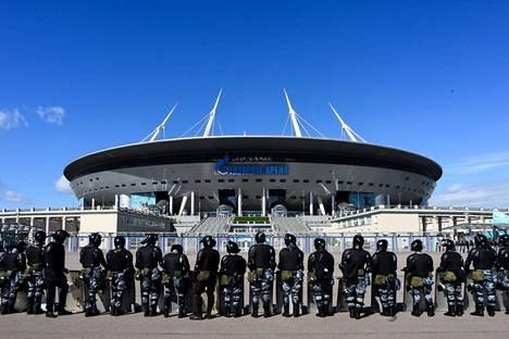 Mellakkapoliiseja Gazprom Arenan edustalla 22. toukokuuta. EM-kisoja siirrettiin vuodella koronaviruspandemian takia.