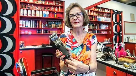 Kirsti Lehto-Turunen on ollut Andreaksen parturiliikkeessä töissä jo yli 47 vuotta.