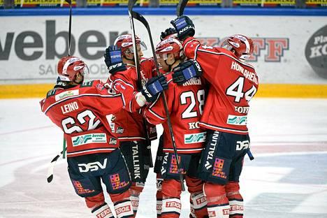 HIFK:n pelaajat juhlivat Juuso Puustisen tekemää 1-0 -maalia.