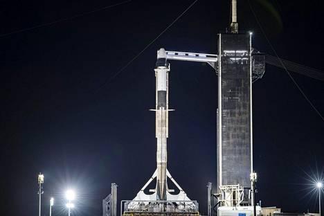SpaceX:n Falcon 9 -raketti odotti lähtölaukaisua Kennedyn avaruuskeskuksessa Floridassa.