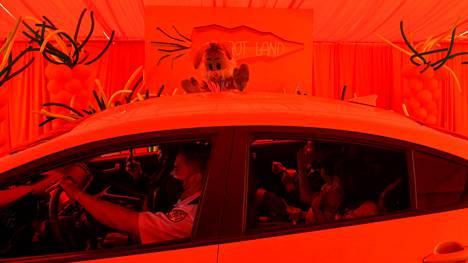 Hyväntekeväisyysjärjestö oli järjestänyt pääsiäiskuvaelman lapsiperheille Los Angelesissa, Kaliforniassa. Kuvaelmaa pääsi seuraamaan autosta.