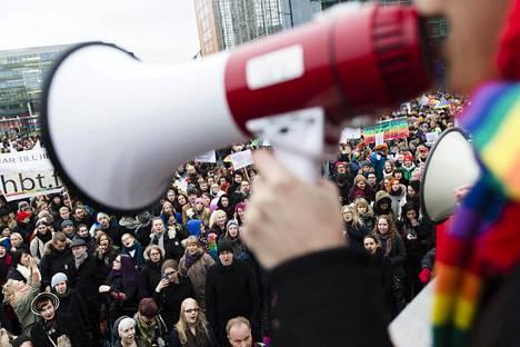 Avioliittolaki uudistettiin kansalaisaloitteen pohjalta. Mielenosoitus Kansalaistorilla uuden lain puolesta 2014.