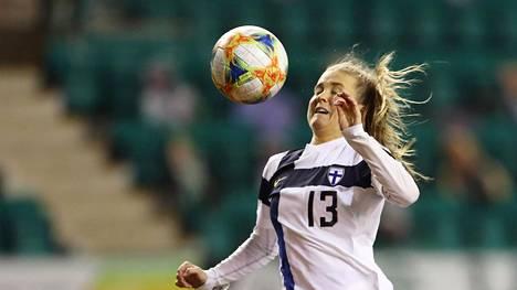 Pallo kimpoaa maalivahdin torjunnasta Amanda Rantasen, anteeksi, siis Jumalan nenään, ja menee maaliin. Rantasen maalilla Suomi voitti Skotlannin EM-karsinnassa toistamiseen.