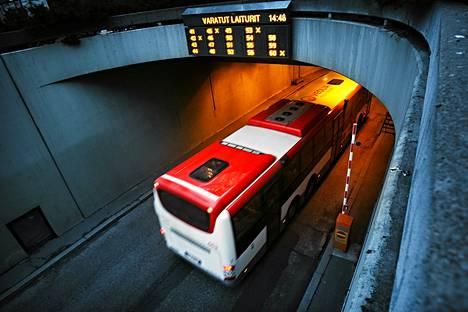Linja-autoliittoon kuuluvat bussiyrittäjät maksavat Matkahuollolle terminaalin käytöstä kahden euron korvauksen jokaista lähtöä kohden.