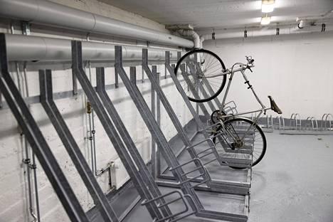 Remontissa rakennettiin kunnollinen pyörävarasto. Marraskuisena arki-iltapäivänä tila ammotti lähes tyhjänä.