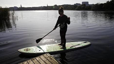 Suplautailija rantautumassa laiturille Töölönlahdella kesällä 2017.