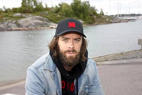 Ville Leino ja tiiliskivilogoinen lippis. Kuva on kesäkuulta 2017.