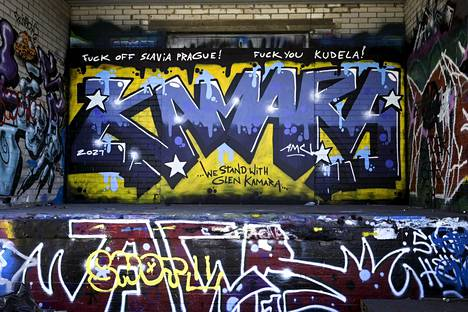Jalkapalloilija Glen Kamarasta tehty graffitimaalaus Herttoniemessä Helsingissä 22. maaliskuuta 2021.