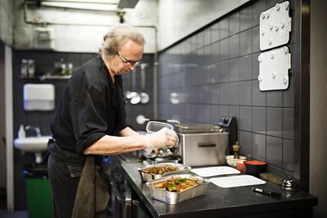 Keittiömestari Anders Martin valmistelemassa noutoannosta Parrilla Españolassa.