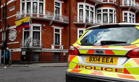 Poliisiauto oli pysäköity Ecuadorin suurlähetystön edustalle Lontoossa viime toukokuussa.