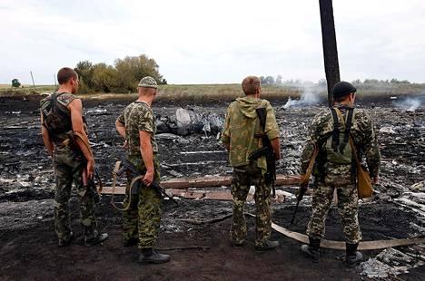 Separatistit seisoivat lento-onnettomuuspaikalla Grabovossa lähellä Donetskia.