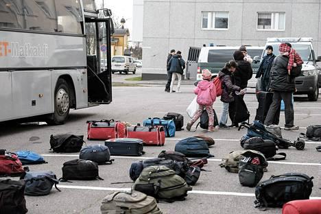Italiasta siirretyt eritrealaiset turvapaikanhakijat saapuivat lentokoneella Kemi-Tornion lentoasemalle, mistä heidät kuljetettiin linja-autolla Tornion järjestelykeskukseen.