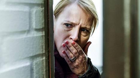 Toimelias Dicte Svendsen (Iben Hjejle) palaa avioeronsa jälkeen rikostoimittajaksi synnyinkaupunkiinsa Aarhusiin