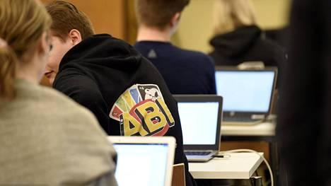 Lakiesityksen mukaan oppivelvollisuus päättyisi vasta, kun nuori täyttää 18 vuotta tai suorittaa toisen asteen tutkinnon. Nykyisin oppivelvollisuus loppuu peruskoulun jälkeen tai viimeistään 17-vuotiaana.