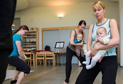 Suvi Jaaramaa (vas.) näyttää, kuinka reisilihaksia voi treenata. Taru ja Nooa Eloranta (takana) sekä Heini ja Pihla Meras tekevät perässä.
