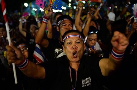 Kymmenettuhannet opposition mielenosoittajat kerääntyivät maanantaina Bangkokiin painostamaan pääministeri Yingluck Shinawatraa hylkäämään armahduslain.