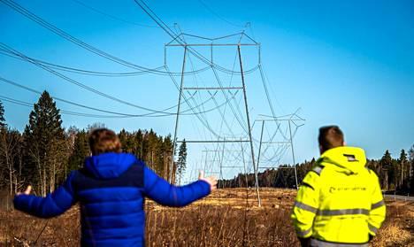 Enersensen hankintajohtaja Jaan Tiigi ja voimalinjoista vastaava rakennuspäällikkö Ott Sillukse esittelivät uutta Harku-Lihula-Sindi -linjaa.