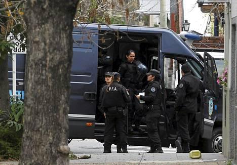 Poliisit seisoivat Carlos Tevezin vanhempien talon edustalla tiistaina.