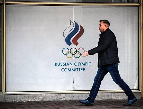 Ohikulkija Venäjän olympiakomitean toimitalon edustalla 6. joulukuuta 2019.