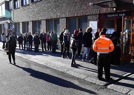 Maahanmuuttoviraston Helsingin-palvelupisteeseen jonotettiin maaliskuussa 2017. Vuoden mittaan turvapaikkahakemukset vähenivät, ja määrä on yhä vähenemään päin.