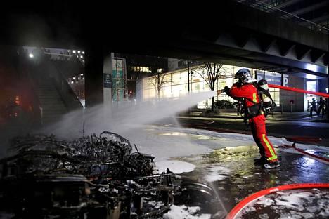 Gare de Lyonin aseman lähellä sammutettiin perjantaina useita tulipaloja.