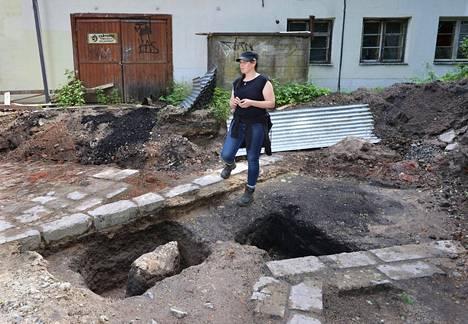 Arkeologi Tiina Mikkasen alla on aikanaan ollut ruukin valimotila. Takana näkyvä varasto puretaan uudisrakentamisen tieltä.