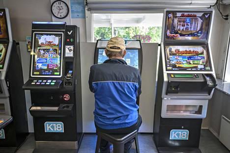 Poliisihallitus on turhautunut siihen, ettei se ole saanut valtion peliyhtiöltä Veikkaukselta riittävästi tietoa yhtiön toiminnasta. Veikkausta on arvosteltu muun muassa rahapeliautomaattien sijoittelusta.