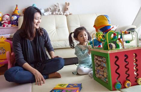 Kim Sae-byeol leikki kotonaan tyttärensä Lee Yoon-jin kanssa. Kimin anoppi oppi lopulta hyväksymään hänen työssäkäyntinsä.