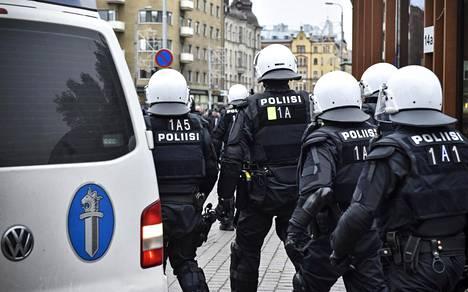 Poliisi valvoi Pohjoismaisen vastarintaliikkeen ja uusnatsijärjestön vastustajien mielenosoituksia Tampereella lokakuun lopulla. Poliisi oli varautunut myös voimankäyttötilanteisiin.