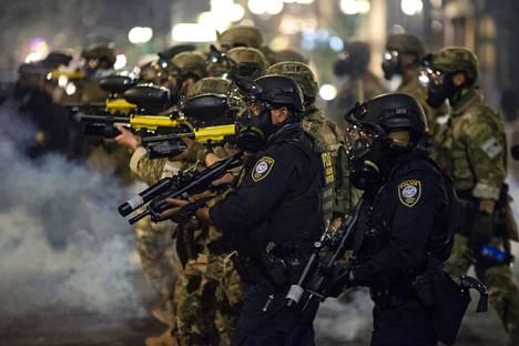 Liittovaltion joukot liikkuivat kyynelkaasun läpi hajottaakseen väkijoukkoa sunnuntain mielenosoituksessa.