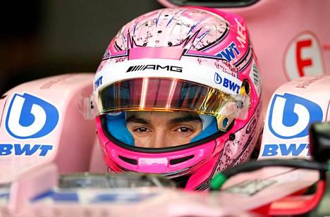 Esteban Ocon ajaa Force India -tallissa.