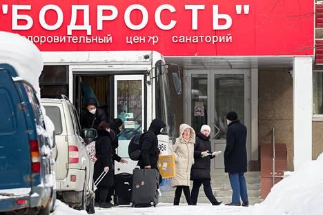 Kiinasta saapuneita venäläisiä siirtymässä tarkkailtavaksi eristyssairaalaan Jekaterinburgissa 7. helmikuuta.