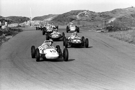 Aluksi Formula Vee -autoissa oli pyöreät muodot. Vähitellen keula muuttui teräväkärkisemmäksi tuulenhalkojaksi. Kuvassa ensimmäisiä Formula Vee -autoja vuodelta 1965 Hollannin Zandvoortin radalta.