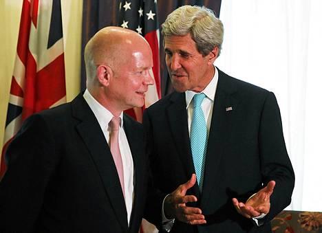 Britannian ja Yhdysvaltain ulkoministerit William Hague (vas.) ja John Kerry neuvotteluissa Wienissä sunnuntaina.