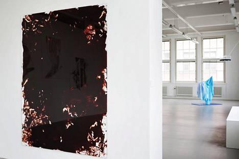 Kuvataideakatemia järjestää vuosittain lopputyönäyttelyn, jossa nähtiin vuonna 2015 muun muassa Toni R. Toivonen teos My Blood, 2015, vasemmalla.
