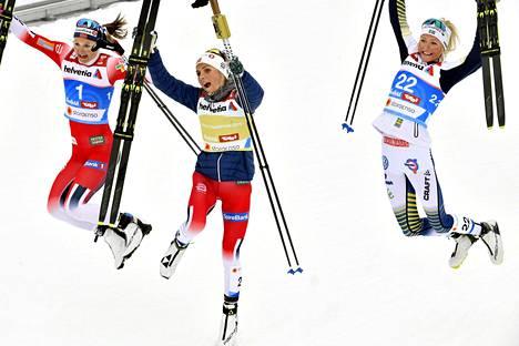 Viime talvena Ruotsin tulokas Frida Karlsson (oik.) juhli Seefeldin MM-kisoissa 30 km:n (v) pronssia voittaja Therese Johaugin (keskellä) ja hopeaa saaneen Invild Flugstad Østbergin kanssa.