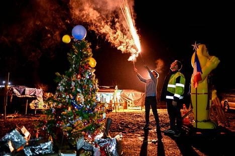 Ranskalaisten keltaliiveiksi nimettyjen protestoijien leirissä moottoritie A28:n varrella ammuttiin ilotulitteita uudenvuodenaattoyönä.