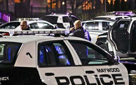 Poliisi eristi kauppakeskuksen ampumavälikohtauksen jälkeen New Jerseyssä.