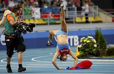 Jelena Isinbajeva juhli seiväshypyn MM-kultaa tiistaina Moskovassa.