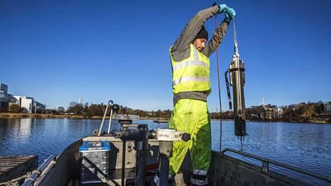 Helsingin Töölönlahdella tutkitaan pahoin rehevöityneen lahden kunnostamista. Tutkija Emil Vahtera ottaa sedimenttinäytettä.